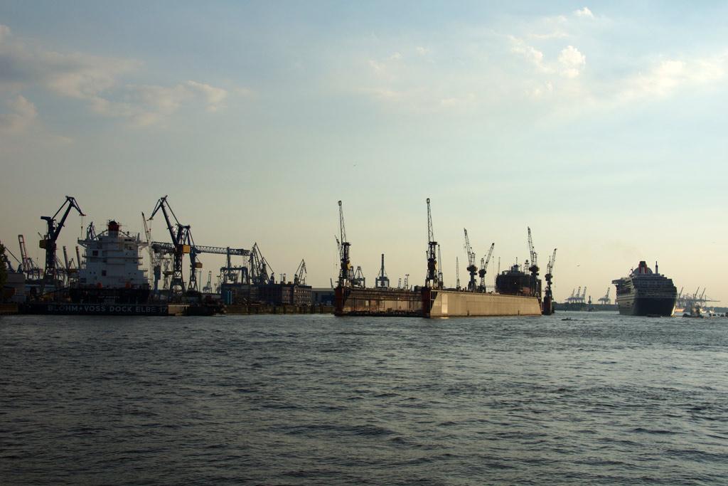 queen-mary-2-dock-ausfahrt-sonne-hamburg-2012-andres-lehmann