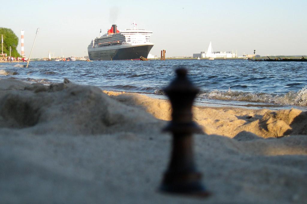 queen-mary-2-dame-schach-strand-hamburg-andres-lehmann