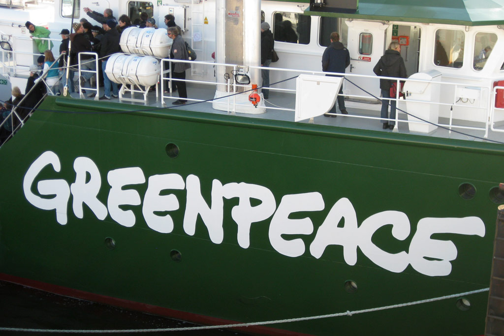 rainbow-warrior-3-greenpeace-logo-hamburg-andres-lehmann