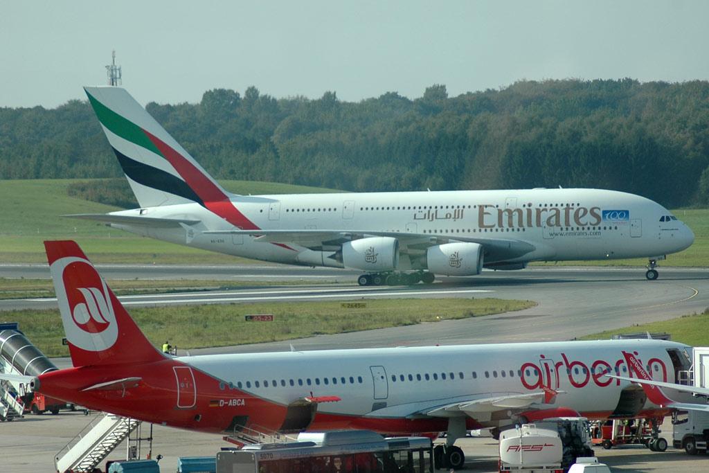 airport-emirates-a380-air-berlin-flugzeug-rollfeld-hamburg-andres-lehmann