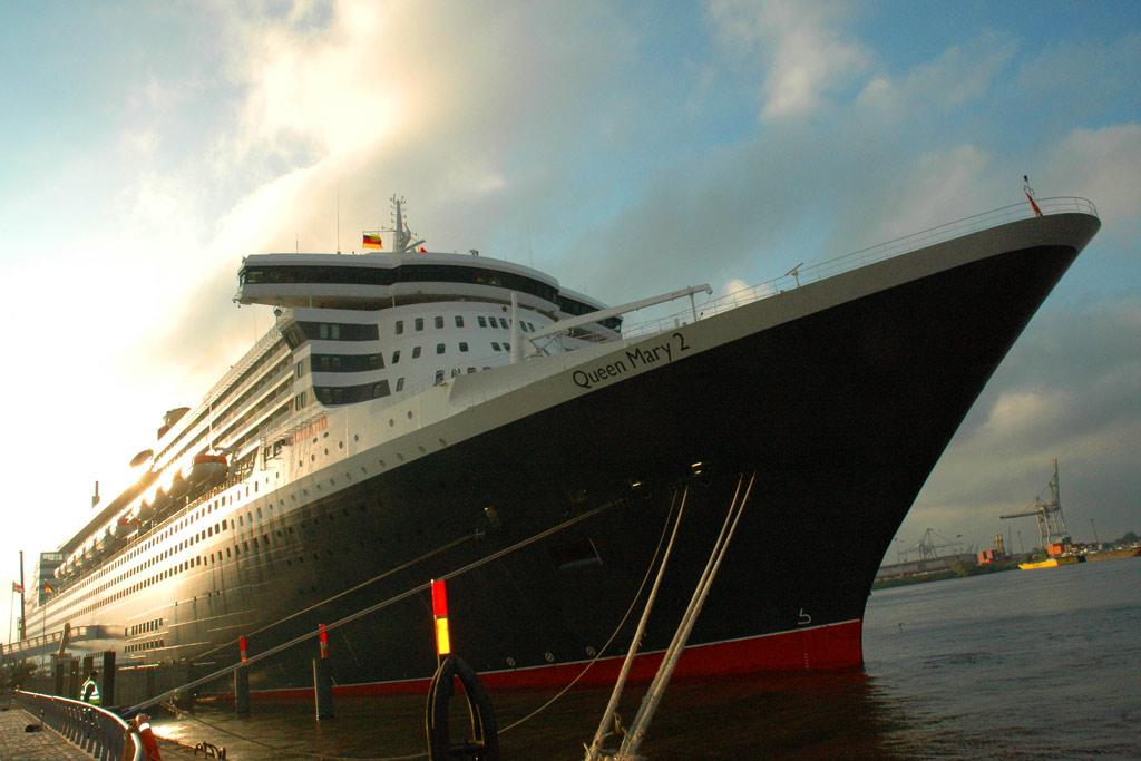 queen-mary-2-anleger-cruise-center-hamburg-andres-lehmann