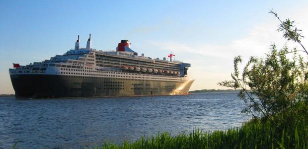 Erstmalig schippern am Sonntag mit der Queen Mary 2 und der Queen Elizabeth gleich zwei Schiffe der Cunard Line in den Hamburger Hafen ein. Der NDR übertragt das Spektakel live.