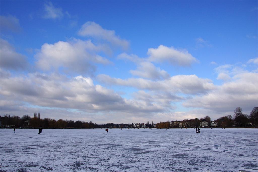 aussenalster-wolken-blauer-himmel-hamburg-andres-lehmann