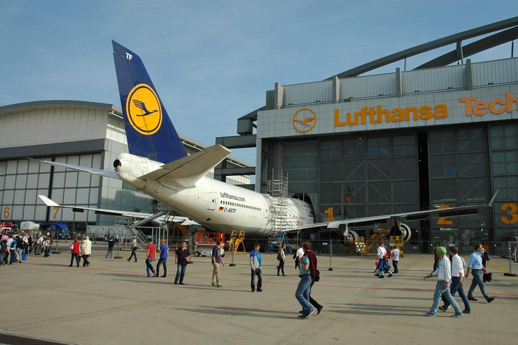 airport-boeing-747-400-halle-hamburg-andres-lehmann