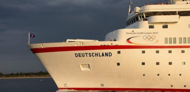 """In London liegt derzeit die MS Deutschland. Doch die Wellen schlagen selbst im Hafen hoch: Der Kapitän, Andreas Jungblut, macht gegen die geplante Ausflaggung """"mobil""""."""