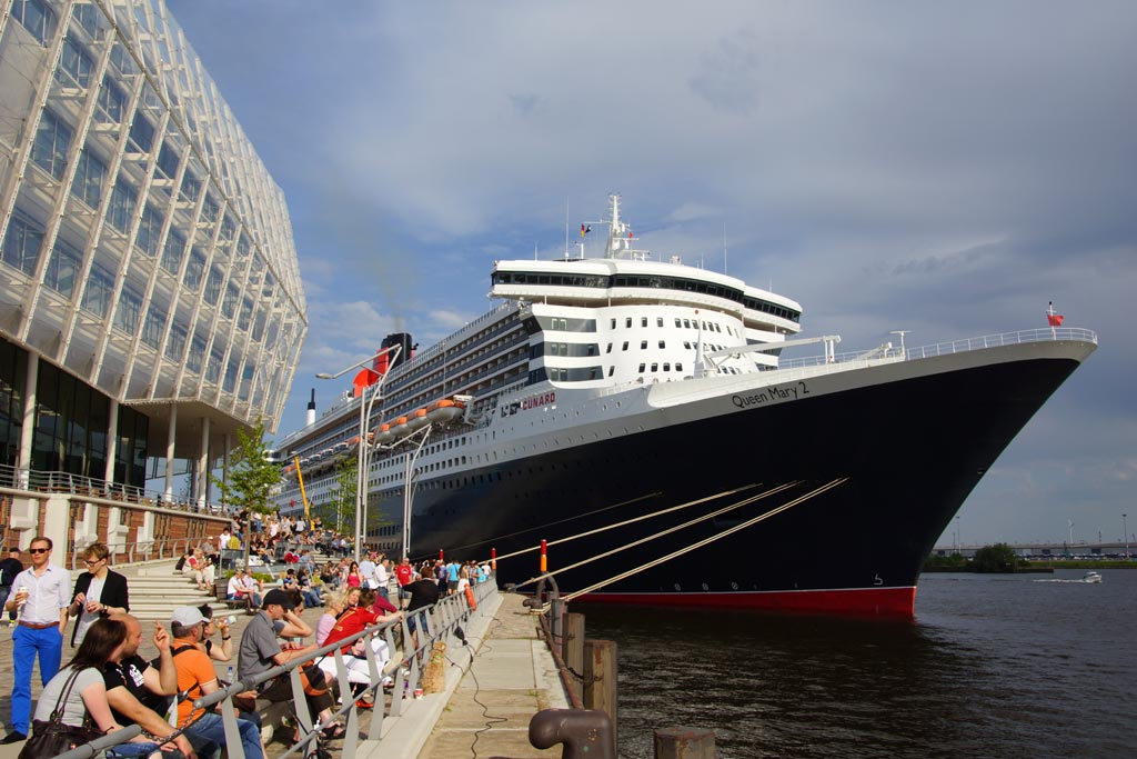 queen-mary-2-unileverhaus-hamburg-cruise-center-2012-andres-lehmann