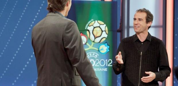 Die Fußball-Nachberichterstattung in der ARD und beim ZDF bei der Euro 2012 ist bislang ziemlich fad. Einzig Gerhard Delling stemmt sich gegen die aufkommende Tristesse.