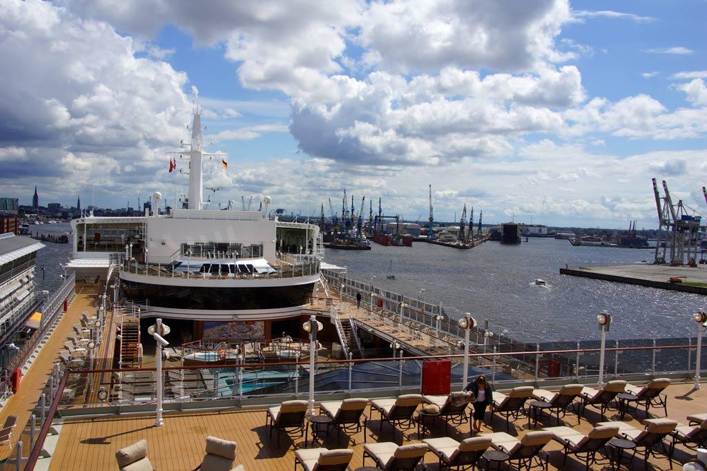 queen-elizabeth-an-deck-2012-andres-lehmann