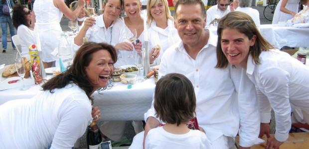 """Das Pariser Vorbild """"Diner en blanc"""" macht auch in Hamburg Schule: Zum dritten Mal findet das """"Weiße Dinner"""" statt. Am 11. August wird am Michel gepicknickt – ganz in weiß."""