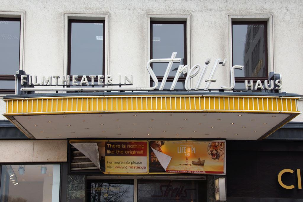 streits-eingang-kino-schliessung-jungfernstieg-hamburg-2013-andres-lehmann
