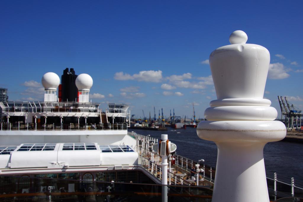 queen-victoria-cunard-line-dame-schachfigur-an-bord-hamburger-hafen-2013-andres-lehmann