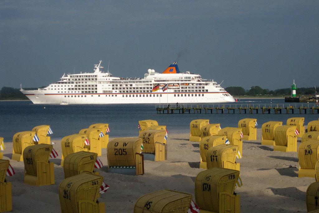 europa-strandkoerbe-neuer-leuchtturm-reederei-hapag-lloyd-kreuzfahrtschiff-luebeck-travemuende-2013-andres-lehmann