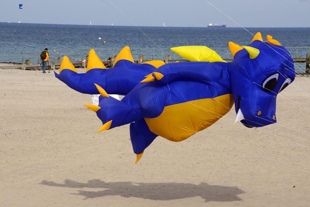 herbstdrachenfest-blauer-drache-ostsee-luebeck-travemuende-2013-andres-lehmann