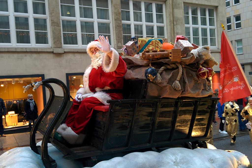 weihnachtsmann-schlitten-umzug-weihnachtsmarkt-hamburg-2013-andres-lehmann