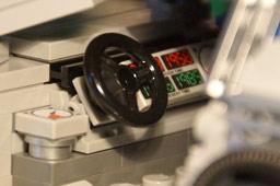 klein-lego-de-lorean-zeitmaschine-zurueck-in-die-zukunft-zeituhr-zusammengebaut-2014-andres-lehmann
