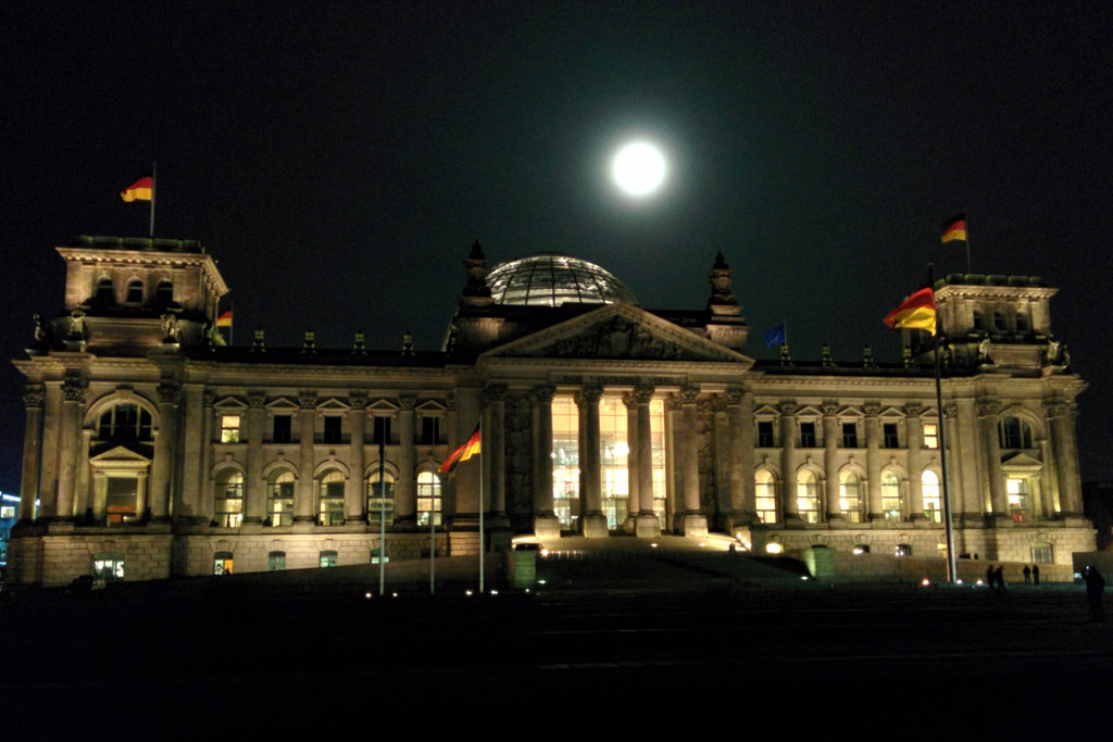 reichstagsgebaeude-bundestag-berlin-regierungsviertel-nacht-vollmond-2014-andres-lehmann