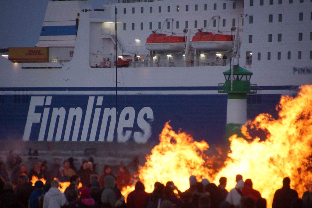 luebeck-travemuende-osterfeuer-finnlines-faehre-leuchtturm-ostsee-strand-2014-andres-lehmann