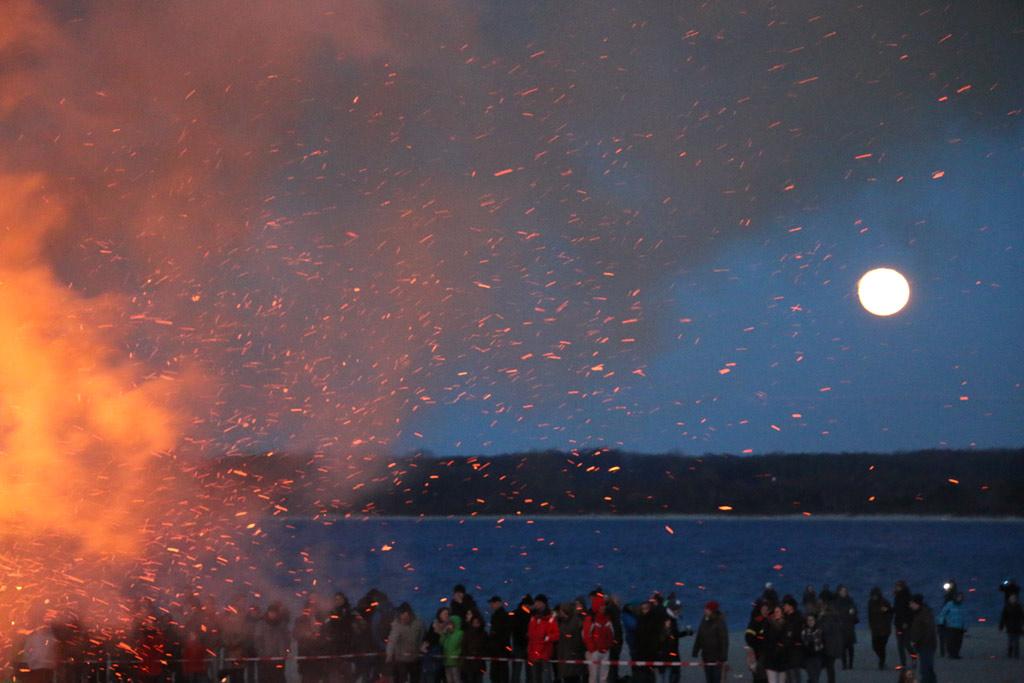 osterfeuer-ostsee-flammen-travemuende-vollmond-2015-andres-lehmann