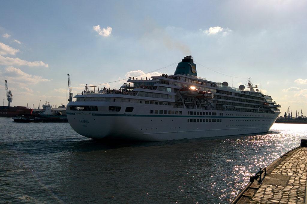 amadea-nassau-kreuzfahrtschiff-hafencity-hamburg-cruise-center-2014-andres-lehmann