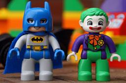 klein-lego-duplo-batman-jokers-versteck-dc-comics-2014-andres-lehmann