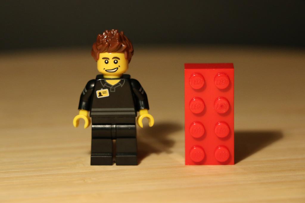lego-minifigur-lego-store-mitarbeiter-polybag-2015-andres-lehmann