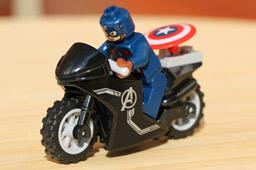 klein-lego-marvel-super-heroes-the-avengers-quinjet-set-motorrad-captain-america-76032-2015-andres-lehmann