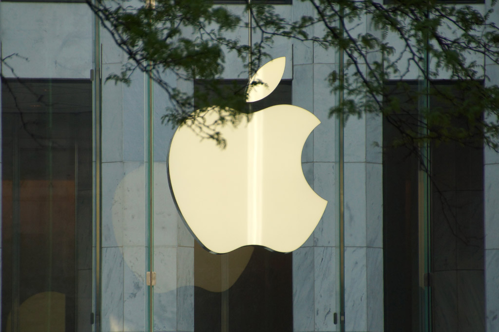 apple-store-logo-fith-avenue-new-york-city-manhattan-2014-andres-lehmann