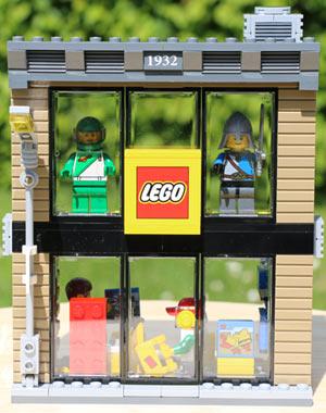 klein-lego-city-town-square-store-2015-andres-lehmann
