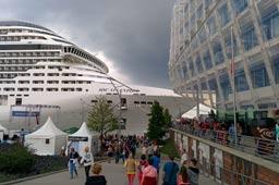 klein-hamburg-cruise-days-msc-splendida-unilever-haus-hafen-city-2015-andres-lehmann