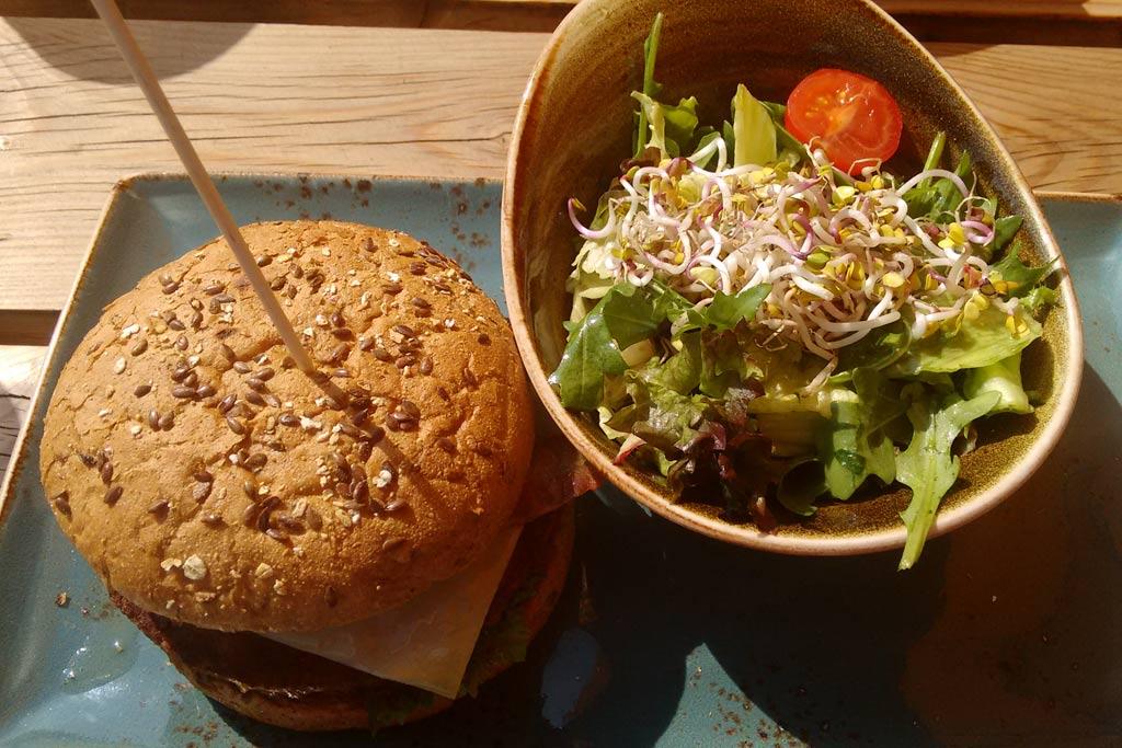 Peter Panes Cheeseburger mit Salat als Beilage | © Roland Triankowski