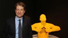 Nathan Sawaya neben seinem gelben Kollegen: The Art of the Brick   © Frank Burmester